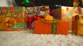 Geschenke unter dem Weihnachtsbaum stock footage