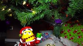 Geschenke unter dem Weihnachtsbaum stock video