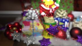 Geschenke unter dem Weihnachtsbaum stock video footage