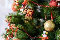 Geschenke unter dem Weihnachtsbaum Abstraktes Hintergrundmuster der weißen Sterne auf dunkelroter Auslegung Lizenzfreies Stockbild