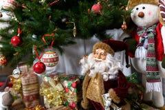 Geschenke unter dem Weihnachtsbaum Abstraktes Hintergrundmuster der weißen Sterne auf dunkelroter Auslegung Stockfotografie