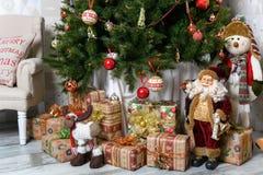 Geschenke unter dem Weihnachtsbaum Abstraktes Hintergrundmuster der weißen Sterne auf dunkelroter Auslegung Lizenzfreie Stockfotografie