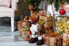 Geschenke unter dem Weihnachtsbaum Abstraktes Hintergrundmuster der weißen Sterne auf dunkelroter Auslegung Stockbild