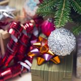 Geschenke unter einem verzierten Weihnachten-Baum Lizenzfreies Stockfoto