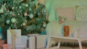 Geschenke unter einem Weihnachtsbaum stock footage