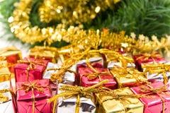 Geschenke unter Weihnachtenbaum lizenzfreie stockbilder