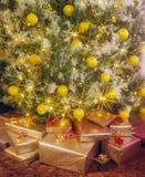 Geschenke unter Weihnachtsbaum Stockfotografie