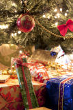 Geschenke unter Weihnachtsbaum lizenzfreie stockbilder