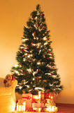 Geschenke unter Weihnachtsbaum Lizenzfreies Stockfoto