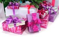Geschenke unter Weihnachtsbaum Stockfotos