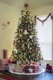 Geschenke unter Weihnachtsbaum lizenzfreie stockfotos