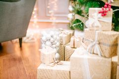 Geschenke unter Weihnachtsbaum im Wohnzimmer stockfotos