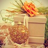 Geschenke verziert mit natual Verzierungen und Weihnachtsball, mit r lizenzfreies stockfoto