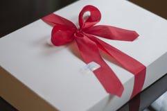 Geschenke weiß und rot Stockbild