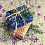 Geschenke am Weihnachtspaket Lizenzfreies Stockfoto