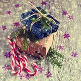 Geschenke am Weihnachtspaket Stockfotos