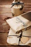 Geschenke wraped in einer rustikalen erdigen Art Stockbilder