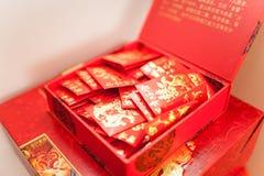 Geschenkgeld im roten Umschlag Stockbilder