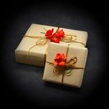 Geschenkkästen auf einem schwarzen Hintergrund Stockfotografie