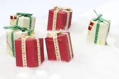 Geschenkkästen auf gefälschtem Schnee Stockfotos