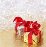 Geschenkkästen auf goldenem und weißem Hintergrund Stockbilder
