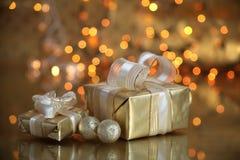Geschenkkästen auf Goldhintergrund stockbild