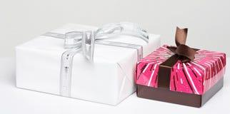 Geschenkkästen auf weißem Hintergrund Lizenzfreie Stockfotos