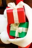 Geschenkkästen in einer Weihnachtssocke Stockbilder