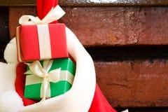 Geschenkkästen in einer Weihnachtssocke Stockfoto