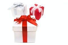 Geschenkkästen mit dem Bogen und Farbband getrennt Lizenzfreie Stockfotografie