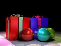 Geschenkkästen und christmass Kugeln Stockbild