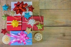 Geschenkkästen und Feiertagsdekor lizenzfreie stockfotos