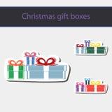 Geschenkkästen und Weihnachtskugeln Stockfotos