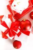Geschenkkästen und Weihnachtskugeln, getrennt auf Weiß Stockfotografie