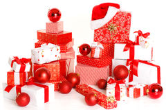 Geschenkkästen und Weihnachtskugeln, getrennt auf Weiß Lizenzfreie Stockfotos