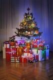 Geschenkkästen unter Weihnachtsbaum Stockbild