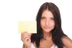 Gutschein. Aufgeregte Frau, die leeres Kartenzeichen des leeren Papiers zeigt Stockfotos