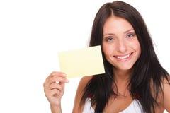Geschenkkarte. Aufgeregte Frau, die leeres Papierkartenzeichen zeigt Stockfotos