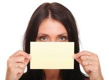 Geschenkkarte. Aufgeregte Frau, die leeres Papierkartenzeichen zeigt Stockbilder