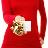 Geschenkkarte - Frau, die Zeichen zeigt Stockfoto