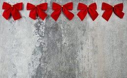 Geschenkkarte mit roten Bögen Stockfotografie