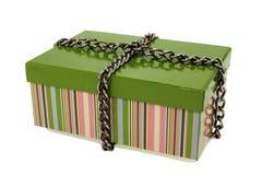 Geschenkkarton und -kette. Lizenzfreie Stockfotografie