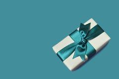 Geschenkkasten auf blauem Hintergrund Lizenzfreie Stockfotos