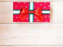 Geschenkkasten auf dem hölzernen Fußboden Stockfotografie