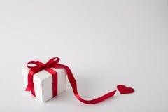 Geschenkkasten auf dem weißen Hintergrund Rotes Farbband Rote Rose Getrennt Lizenzfreie Stockfotos