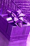 Geschenkkasten auf violettem Hintergrund Stockfotografie