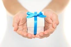 Geschenkkasten in den weiblichen Händen Stockfoto