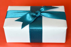 Geschenkkasten gebunden mit blauem Farbband Stockfotos