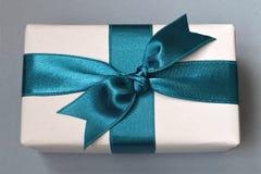 Geschenkkasten mit blauem Farbband Lizenzfreie Stockfotos