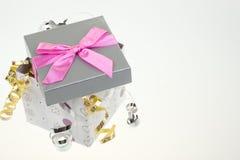 Geschenkkasten mit Bogen und Farbband Stockbild